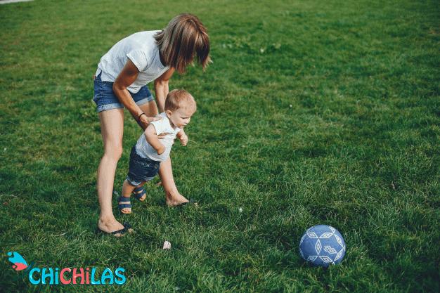 کودک 9 ماهه - کودک 12 ماهه - اسباب بازی مناسب کودک - چیچیلاس - سرگرمی کودک - فروشگاه عروسک - توپ کودک