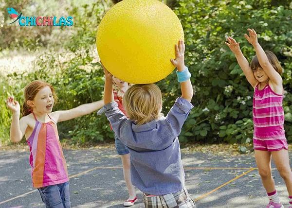 توپ بازی کودک - بازی کودک با توپ - اسباب بازی مناسب کودک